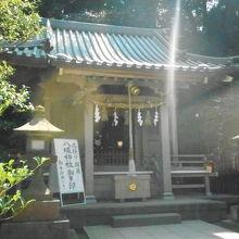 江島神社辺津宮の境内にあった小さな神社でした。