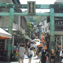 小さな商店やお土産物店がたくさん並んでいました。