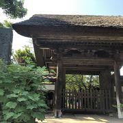駅のすぐそば、極楽寺