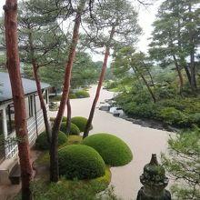 入口を入るとまず目に飛び込んでくる日本庭園