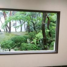 まるで絵画を見ているような窓枠から見る庭園