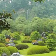庭園の奥には亀鶴の滝が流れる