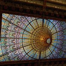 有名な音楽堂の天井のステンドグラスです。