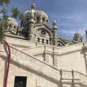 港を一望出来るエキゾチックな大聖堂