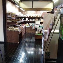 館内には地元産の食品などを置くお土産品コーナーもありました