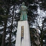 富山城城主の像