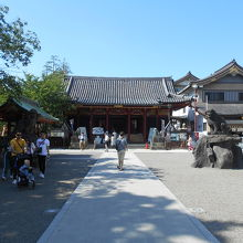 拝殿前も観光客は少なく、清々しい雰囲気。