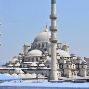 ガラタ橋のたもとのイェ二モスクはいつも人がいっぱい