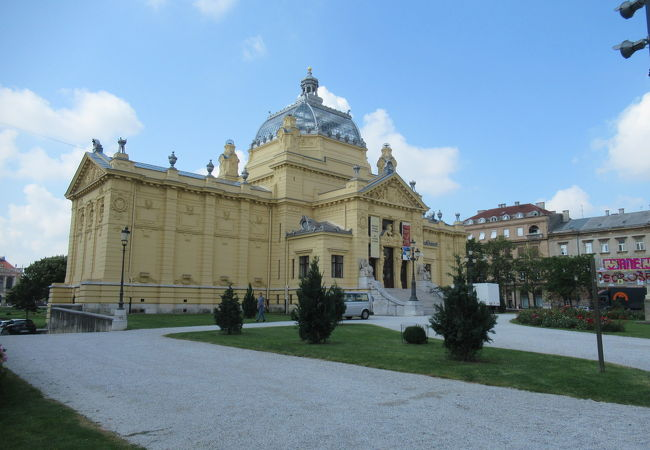 トミスラブ広場の美しい建物