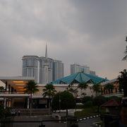 街の中心にあるモスク