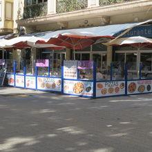 ビーチまでの道すがら、同じようなレストランが並んでいます。