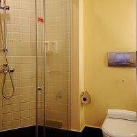 シャワーブースは湯量も十分