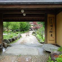 門構えがどっしり、飛騨の風景にぴったりです。