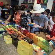 日本人観光客でにぎわっていた。好きなチョコを選んで自分の好みで箱詰めもできる