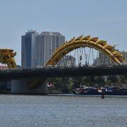 黄金色の大きな龍がうねっている橋。頭は海側を向いている
