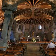 ベンチもデザインが素敵なんです!コロニア・グエル教会