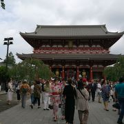 浅草寺の巨大な宝蔵門は日本の鉄鋼王と呼ばれた大金持ちからの寄進によりつくられた門だった。