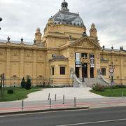 公園の中に黄色の宮殿のような建物