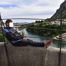 お金を渡せば、橋から川へ飛び込んでくれる人。退屈そうでした。