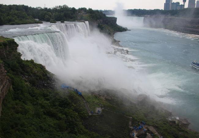 滝全体が見渡せます。