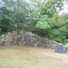 石垣、礎石、堀跡などが残る。