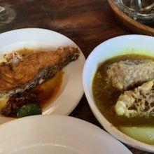 魚の揚げ物、魚の頭のスープ、白ご飯