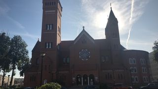 赤いレンガ造りの教会