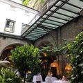 ザンクトペーター教会のレストラン、創業803年で歴史があります。