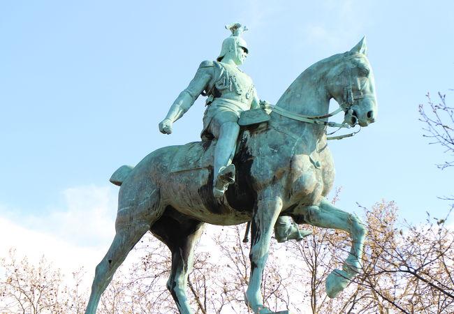 橋のたもとの騎馬像