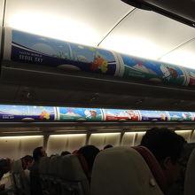 機体も機内もロッテワールドのプリントでした