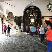 門の中の礼拝堂
