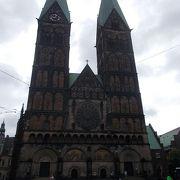 市庁舎の東側にあります。