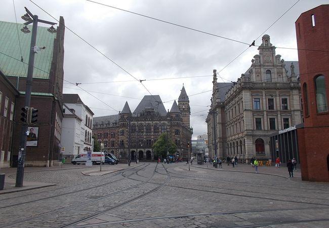 旧市街地の東西を結ぶ通りです。