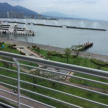 琵琶湖の水が噴水になって楽しませていただきました。