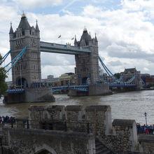 ロンドン塔から眺めるテムズ川とタワーブリッジ。