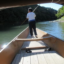 予約無しで待たずに乗れた専用船。ゴザ敷船内で両岸見物。渡月橋近くから上流に行って帰るスローな時間