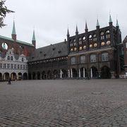 市庁舎前の広場です。