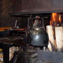 店内の暖炉。これを利用してサーモンをグリルする