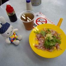 生の鯉を鶏ガラスープで炊いたお粥。このような形で提供されます