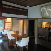 京都嵐山の翠嵐 ラグジュアリーコレクションホテル内の川沿いのカフェ テラス席にはハチが飛んでくる。