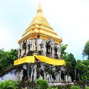裏側の仏塔がいいです