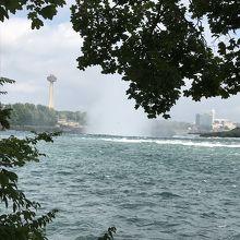 遠くに見えるスカイロン・タワーの手前に滝があります!