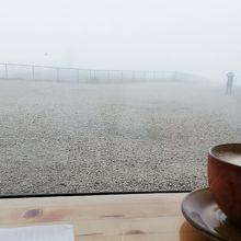 暖かいノールカップホール内で、コーヒー片手に最北の地を望む