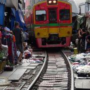 迫力ある線路ギリギリの市場