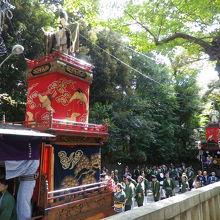 赤坂氷川神社の横で待機中の山車