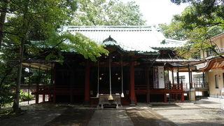 都心にある樹々に囲まれた神社