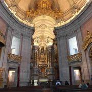 祭壇や天井のデザインが美しい