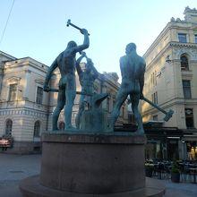 三人の鍛冶屋像
