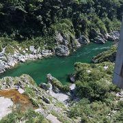 荒々しい断崖に透き通った水