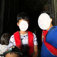 洞窟にて記念撮影
